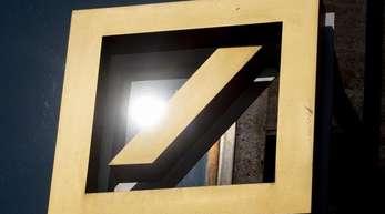 Das Logo der Deutschen Bank an einer Filiale des Geldinstituts in Frankfurt am Main.