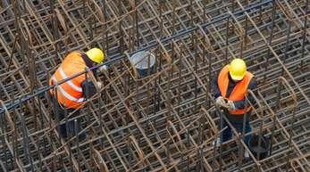 Experten erwarten einen Rückgang der Arbeitslosenzahlen. Bauunternehmen und viele andere Firmen stellen im Frühjahr verstärkt Mitarbeiter ein.