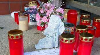 Juni 2018: Mit Kerzen, Blumen und der Figur eines Engels wird in Gunzenhausen an die Opfer der Bluttat erinnert.