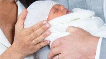 Prinz Harry und Meghan, Herzogin von Sussex, halten ihren noch namenlosen Sohn im Arm.