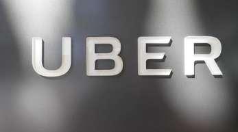 Das Unternehmenslogo des Fahrdienstleiters Uber am Hauptquartier der Firma.