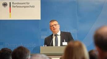 Thomas Haldenwang, Präsident des Bundesamtes für Verfassungsschutz, attestiert dem Rechtsextremismus in Deutschland eine neue Dynamik.
