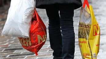 Die Zahl der verbrauchten Plastiktüten in Deutschland geht weiter zurück.