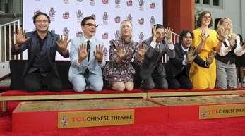Sie haben Serien-Geschichte geschrieben:Johnny Galecki (l-r), Jim Parsons, Kaley Cuoco, Simon Helberg, Kunal Nayyar, Mayim Bialik und Melissa Rauch verewigen sich vor dem TCL Chinese Theater in Los Angeles.