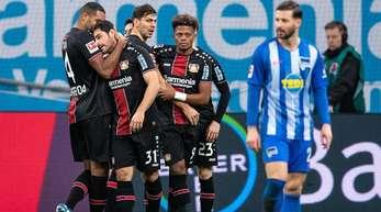 Leverkusen muss nach dem Unentschieden gegen Schalke in Berlin punkten, um die Champions-League-Chance zu wahren.