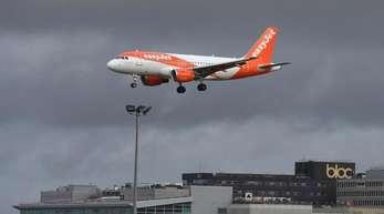 Ein Easyjet-Flugzeug kurz vor der Landung am Londoner Flughafen Gatwick.