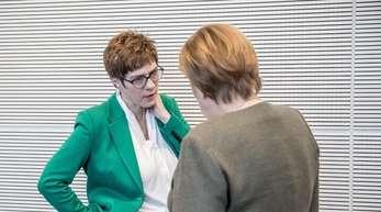 CDU-Chefin Annegret Kramp-Karrenbauer Mitte März im Gespräch mit der Kanzlerin.
