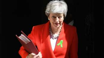 Theresa May vor der Tür von Downing Street 10. Auch innerparteilich steht die Premierministerin stark unter Druck.