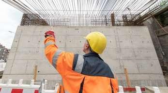Ein Bauarbeiter der Deutschen Bahn (DB) vor einem neuen Brückenteil.