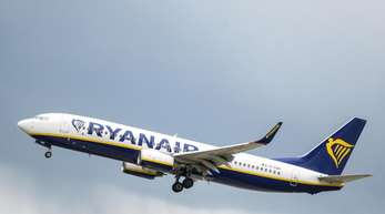 Nach einem deutlichen Gewinnrückgang blickt Ryanair nun vorsichtig auf das laufende Jahr.