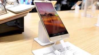 Ein Huawei Mate 9 im Huawei Store im finnischen Makkaratalo: Der chinesische Konzern von wichtiger Technologie abgeschnitten - und auch Smartphone-Nutzer im Westen könnten das zu spüren bekommen.