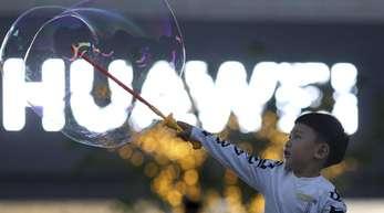 Die USA hatten Huawei auf eine schwarze Liste von Unternehmen gesetzt, deren Geschäftsbeziehungen zu US-Partnern strengen Kontrollen unterliegen.