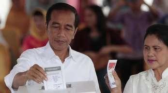 Joko Widodo und seine Frau Iriana geben am 17. April in einem Wahllokal ihre Stimme ab.