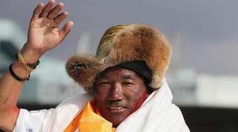 Kami Rita, Sherpa aus Nepal, hat seinen Rekord für die meisten Besteigungen des Mount Everest zum zweiten Mal innerhalb einer Woche ausgebaut.