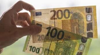 So sehen sie aus: Die neuen 100- und 200-Euro-Scheine sollen es Fälschern noch schwerer machen.