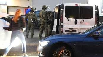 Polizeibeamte auf dem Weg zu einer Hausdurchsuchung in Essen.