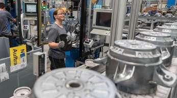 Eine Mitarbeiterin eines Herstellers von Ventilatoren und Elektromotoren montiert Lüfter. Die deutsche Elektroindustrie hat ihre Exporte kräftig gesteigert.