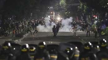 Mindestens sechs Menschen sind bei den Straßenkämpfen in Jakarta ums Leben gekommen.