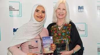 Jokha Alharthi (l) teilt sich den Preis mit ihrer Übersetzerin Marilyn Booth.