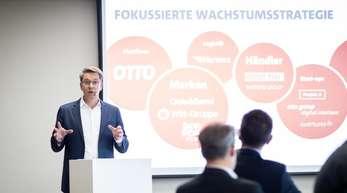Alexander Birken, Vorstandsvorsitzender der Otto Group, spricht auf der Jahres-Pressekonferenz in Hamburg. Foto. Felix König