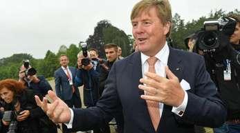 König Willem-Alexander der Niederlande begrüßte vor dem Schloss Sanssouci Schaulustige.