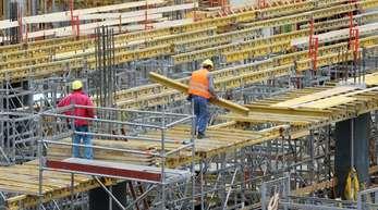 Von Januar bis Ende März trieben den vorläufigen Angaben zufolge vor allem der Bauboom und die Konsumfreude der Verbraucher die Konjunkturentwicklung an.