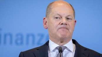 Olaf Scholz (SPD), Bundesminister der Finanzen, spricht in seinem Ministerium zu Journalisten.