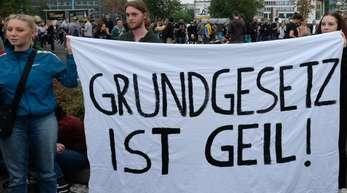 Transparent mit der Aufschrift «Grundgesetz ist geil» bei einem Gratis-Konzert gegen Rechtsextremismus in Chemnitz.