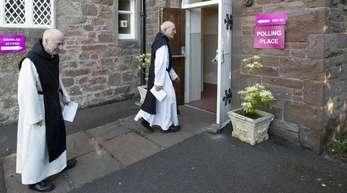 Mönche gehen zur Stimmenabgabe für die Europawahl im britischen East Lothain.