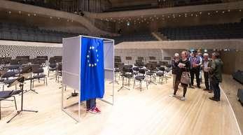 Die Initiative #SayYesToEurope will zur EU-Wahl mobilisieren und bietet die Möglichkeit, die mitgebrachten Briefwahlunterlagen an besonderen Orten auszufüllen. Hier in der Elbphilharmonie in Hamburg.
