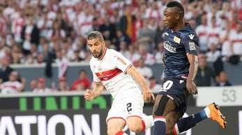 Der Stuttgarter Emiliano Insua (l) kommt einen Tick gegen Suleiman Abdullah zu spät.