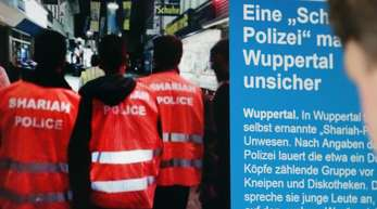 Ein Mann schaut sich die Berichterstattung über die «Scharia-Polizei» im Internet an. Der Prozess wird im Wuppertaler Landgericht neu aufgerollt.