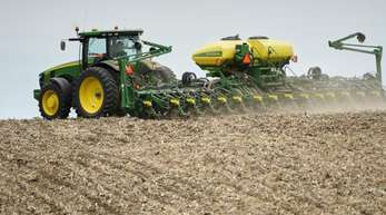 Ein Landwirt pflanzt Sojabohnen auf einem Feld. Mit einem milliardenschweren Hilfspaket will die US-Regierung amerikanische Bauern unterstützen, die unter dem Handelskrieg mit China leiden.