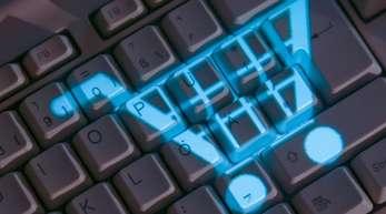 Das Symbol eines Einkaufskorbs leuchtet auf einer Computertastatur. Die Verbraucherschutzminister der Länder planen höhere Hürden für die Eröffnung eines Online-Shops.