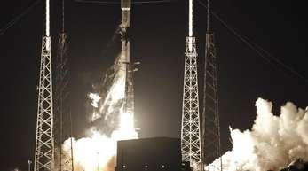 Eine Falcon 9 SpaceX-Rakete mit einer Nutzlast von 60 Satelliten für das Starlink-Breitbandnetz von SpaceX startet vom Luftwaffenstützpunkt Cape Canaveral.