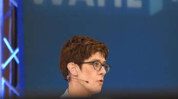 Weder CDU-Chefin Annegret Kramp-Karrenbauer noch die SPD-Vorsitzende Andrea Nahles haben nach einer Analyse der Forschungsgruppe Wahlen ihren Parteien geholfen.