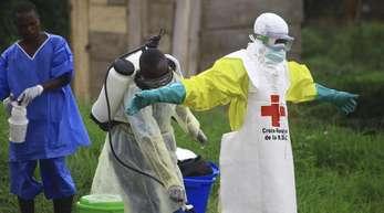 Helfer reinigen sich nach der Arbeit in einem Behandlungszentrum in Beni gegen Ebola mit Desinfektionsmittel. Im Kongo sind inzwischen mehr als 2000 Menschen an dem gefährlichen Ebola-Virus erkrankt.