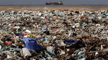 Plastikmüll liegt an einem Strand des Distrikts Keserwan nördlich der libanessischen Hauptstadt Beirut.