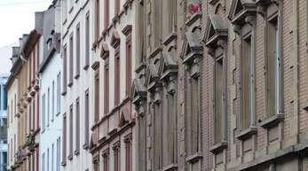 Mietwohnungen in Frankfurt:Haushalte an der Armutsgrenze und Alleinerziehende könnten sich in den meisten Städten keine Wohnung zum Durchschnittspreis mehr leisten.