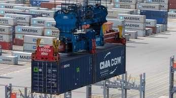 Exportnation Deutschland: Container werden im JadeWeserPort verladen.