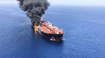 Brennender Öltanker «Front Altair». Nach den Vorfällen in der Straße von Hormus stellt sich die Frage: Sind die Schiffe angegriffen worden - und wenn ja: Von wem?