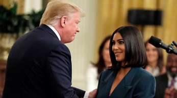 Shakehands mit dem US-Präsidenten:Kim Kardashian West und Donald Trump.