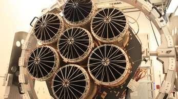 Das Röntgenteleskop eRosita besteht aus sieben identischen Spiegelmodulen mit je 54 Spiegelschalen.