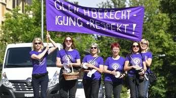 Tausende Frauen demonstrieren in der Schweiz für mehr Gleichberechtigung.
