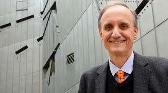 Der Direktor des Jüdischen Museums Berlin, Peter Schäfer vor dem Daniel Libeskind Bau des Museums in Berlin (2014).