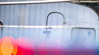 Polizeiauto vor dem versiegelten Campingwagen des mutmaßlichen Täters von Lügde. Kinderschutz- und Sozialverbände fordern Konsequenzen aus dem Missbrauchsfall auf dem Campingplatz.