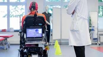 Sarshar Manoucheher, ein querschnittsgelähmter Patient, fährt mit seinen Rollstuhl durch einen Parcours, gesteuert mittels einer Hirn-Computer-Schnittstelle durch Gedankenkraft.