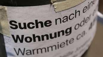 «Suche Wohnung» steht auf dem Zettel an einer Laterne unweit des Gleimtunnels. Der Berliner Senat berät über einen Mietendeckel - die Immobilienbranche ist dagegen.