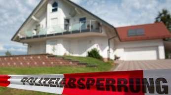 Polizei-Absperrband ist vor dem Haus des erschossenen Kasseler Regierungspräsidenten Walter Lübcke in Wolfhagen-Istha zu sehen.