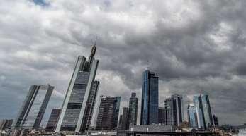 Dunkle Regenwolken schieben sich über die Bankenskyline von Frankfurt am Main hinweg. Bei «Cum-Ex»-Aktiendeals nutzen Investoren eine Lücke im Gesetz, um den Staat über Jahre um Milliardensummen zu prellen.